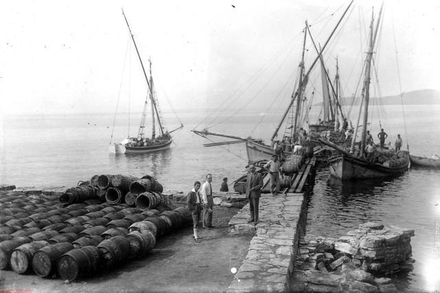 Αγριά - Φόρτωμα Λαδιού (~1930?), Αρχείο ΔΗ.Κ.Ι. Φωτογραφία Κ. Ζημέρη