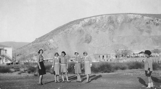 Άναυρος Bόλου , Δεκ. 1930, Πιπίτσα,Έρση Σαράτση, Έφη. 'Eλλη , και Νέλλα Σαράτση, Αρχείο Νάσου Παπανικολάου