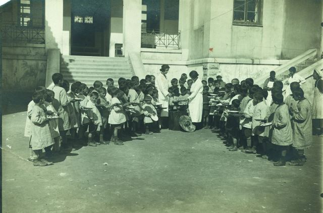 Συσίτιο στο Άσυλο του Παιδιού, Φωτογραφία Κ. Ζημέρη, Αρχείο ΔΗ.Κ.Ι.